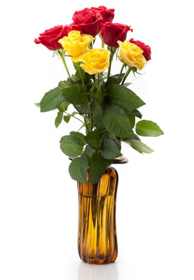 Um ramalhete de rosas vermelhas e amarelas imagens de stock