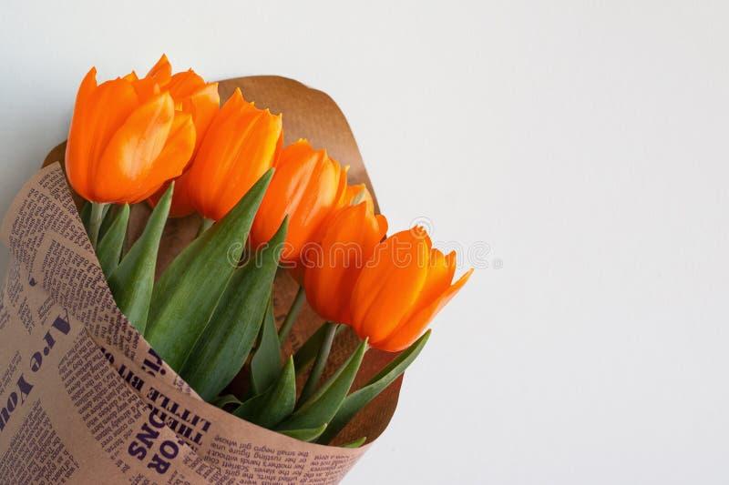 Um ramalhete de tulipas vermelhas Um presente a um dia do ` s da mulher da tulipa amarela floresce Mola Apenas chovido sobre Foco fotografia de stock