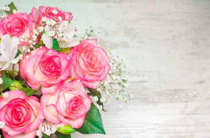 Um ramalhete do casamento bonito floresce em um fundo de madeira branco Lugar para o texto fotografia de stock