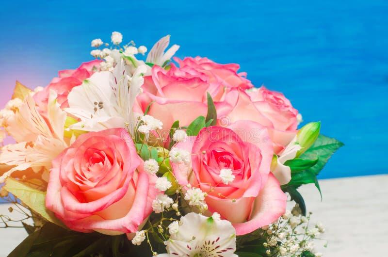 Um ramalhete do casamento bonito floresce, rosas cor-de-rosa Fim acima Lugar para o texto imagem de stock royalty free