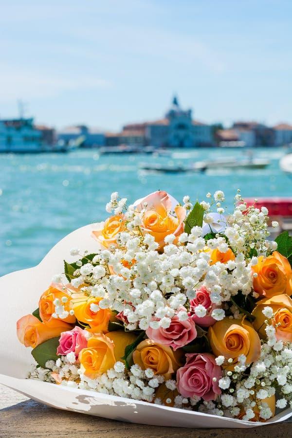 Um ramalhete do rosas no fundo da ilha de San Giorgio Maggiore na lagoa do tne do fundo de Veneza, Itália foto de stock royalty free