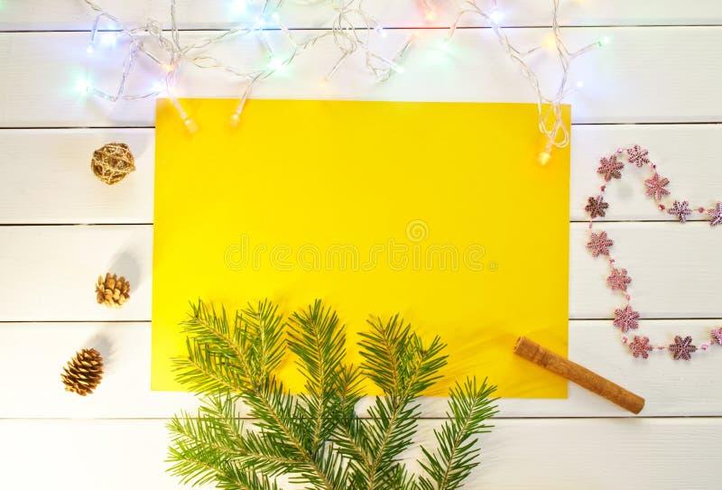 Um ramo de uma árvore de Natal, de cones e de uma festão imagem de stock