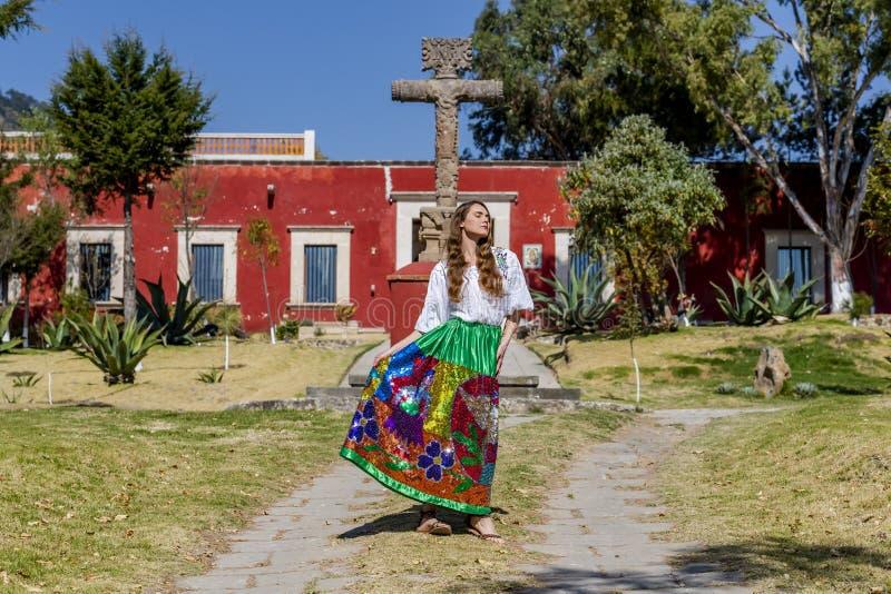 Um rancho mexicano moreno latino-americano bonito de Poses Outdoors On A do modelo imagens de stock