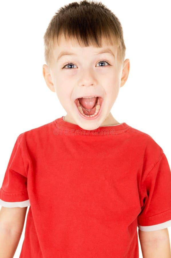 Um rapaz pequeno que grita foto de stock