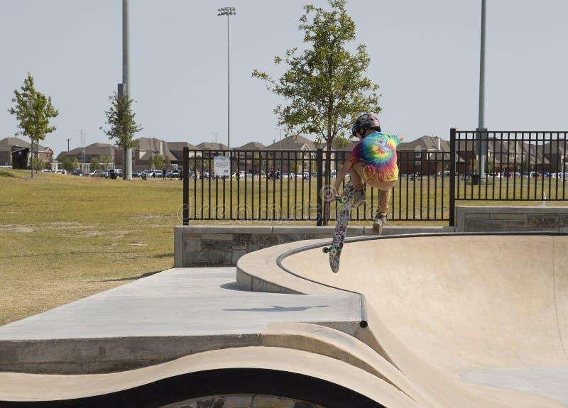 Um rapaz pequeno que patina no parque do patim fotografia de stock royalty free