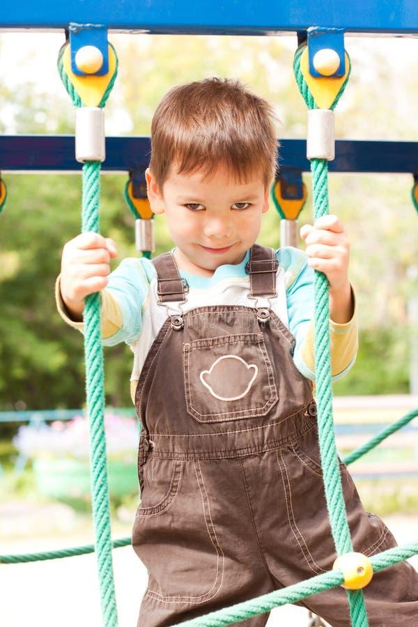 Um rapaz pequeno que sorri e que joga foto de stock royalty free
