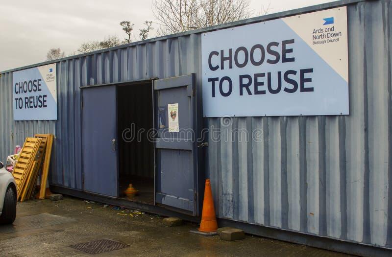 Um recipiente para a coleção de artigos da caridade no centro de reciclagem a favor do meio ambiente moderno no condado Dow de Ba imagem de stock