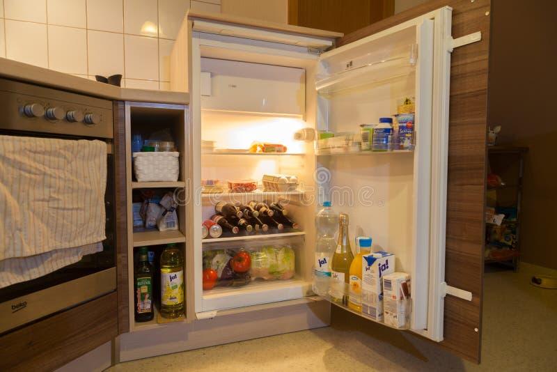 Um refrigerador aberto fotografia de stock royalty free