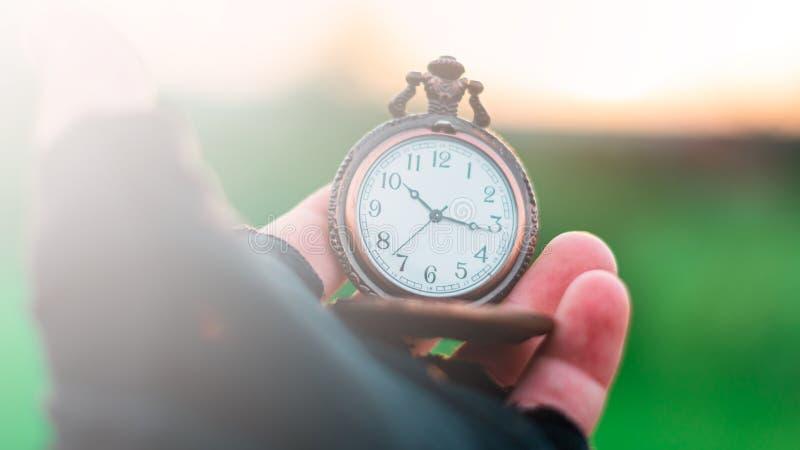 Um relógio de bolso velho em sua mão imagem de stock royalty free