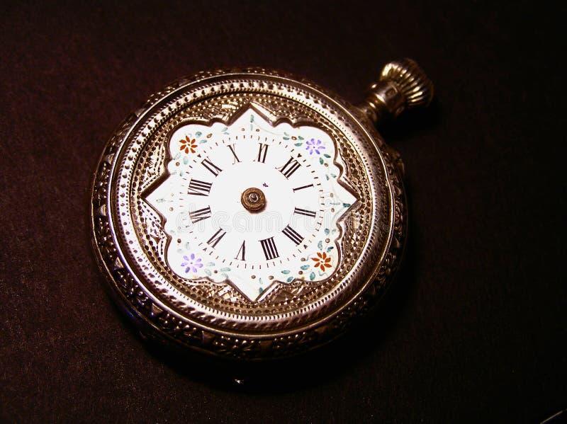 Um relógio de bolso velho em um fundo preto fotos de stock royalty free