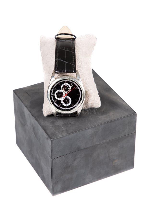 um relógio de pulso luxuoso do homem indicado e empacotado em uma caixa como o presente para a celebração no fundo branco imagens de stock royalty free