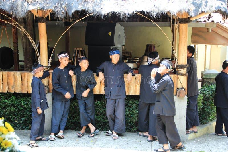 Um relance da vida entre o tribo de Baduy quando comemore um bom dia em sua tradição imagens de stock royalty free