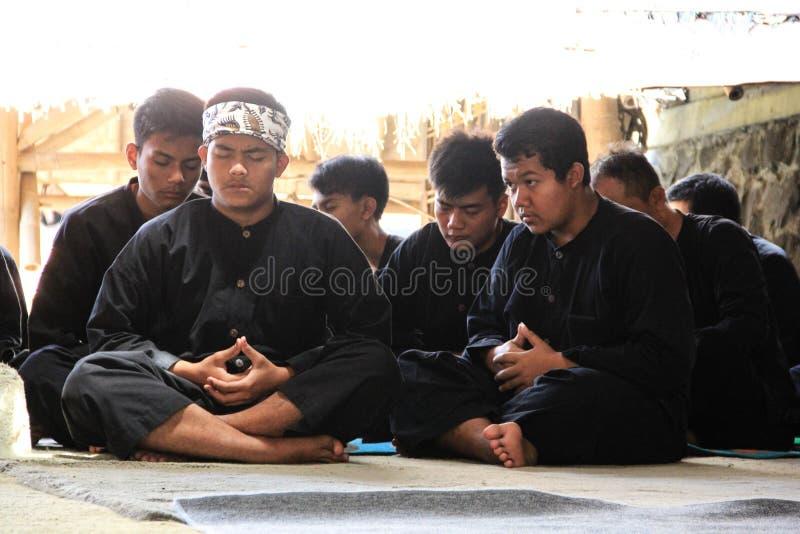 Um relance da vida entre o tribo de Baduy quando comemore um bom dia em sua tradição fotos de stock royalty free