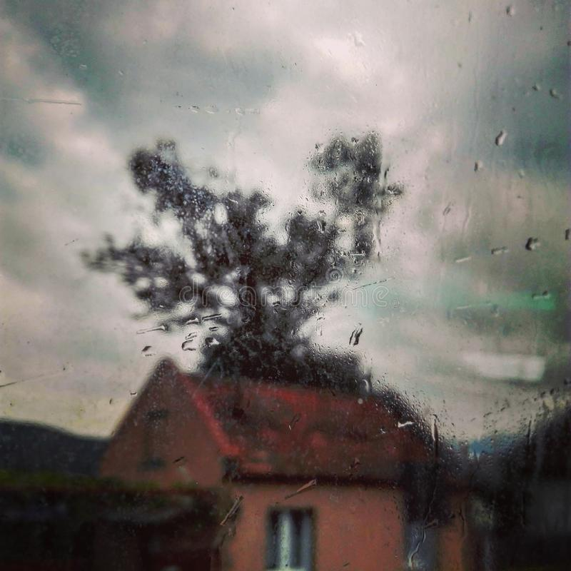Um relance de uma casa em um dia chuvoso, perto de Sibiu, Romênia foto de stock