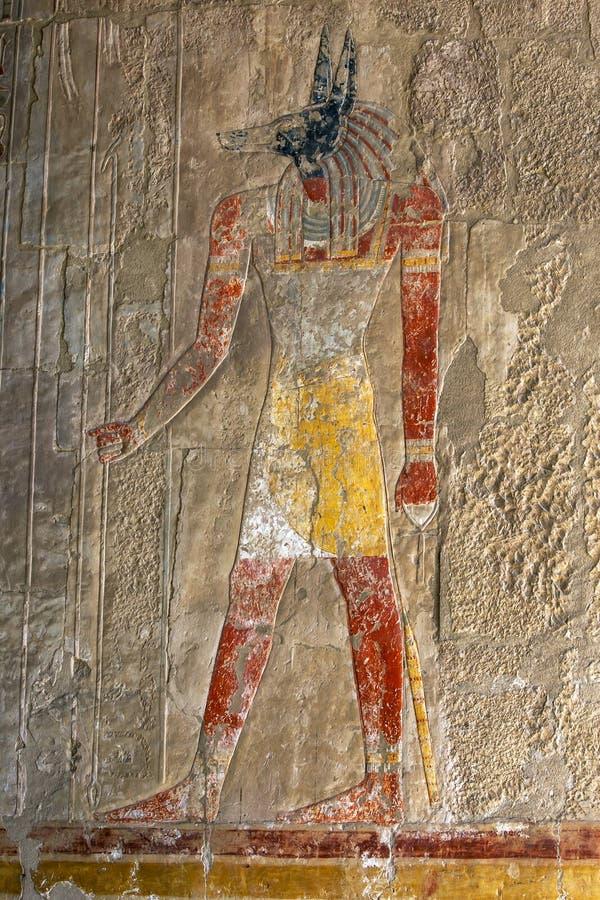 Um relevo gravado que descreve Anubis o deus canino dos mortos no templo de Hatshepsut no al-Bahari de Deir perto de Luxor em Egi fotos de stock royalty free