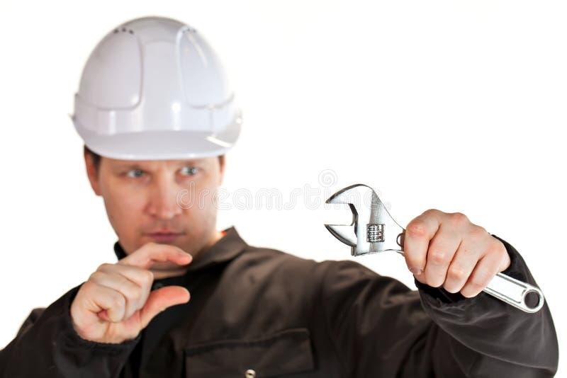 Uniforme e capacete de segurança vestindo do trabalhador manual foto de stock