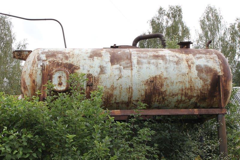 Um reservatório oxidado velho de uma estação da água da pressão na dacha em Rússia fotografia de stock royalty free