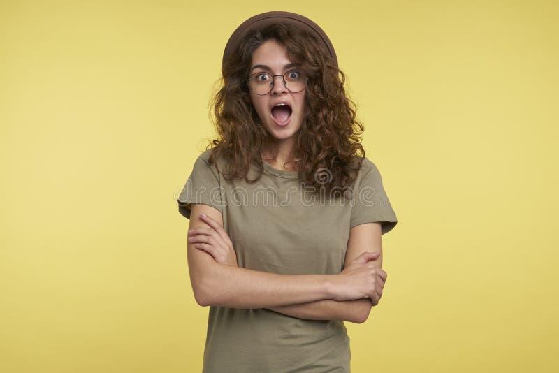Um retrato da fêmea surpreendida feliz do estudante com boca aberta fotografia de stock