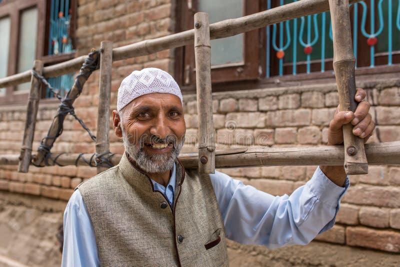 Um retrato de um homem muçulmano do Kashmiri não identificado em Srinagar, Jammu e Caxemira, Índia imagem de stock royalty free