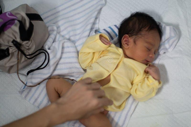 Um retrato de um menino 42 dias de idade carregado em um nascimento dos lótus Ao contrário dos bebês geralmente, o cabo de cordão imagens de stock royalty free