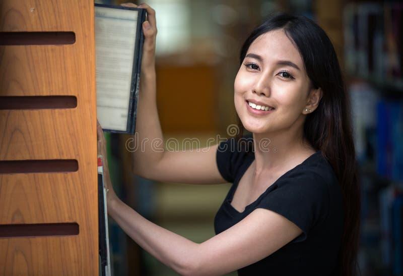 Um retrato de um estudante de Ásia da faculdade da raça misturada imagem de stock