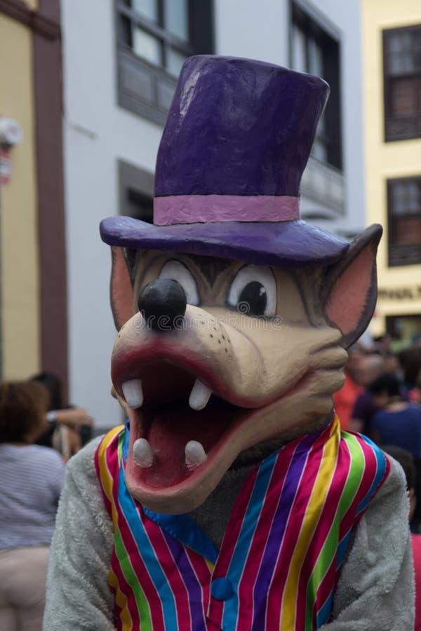 Um retrato de um terno do carnaval do lobo nas ruas de S/C de L imagens de stock royalty free
