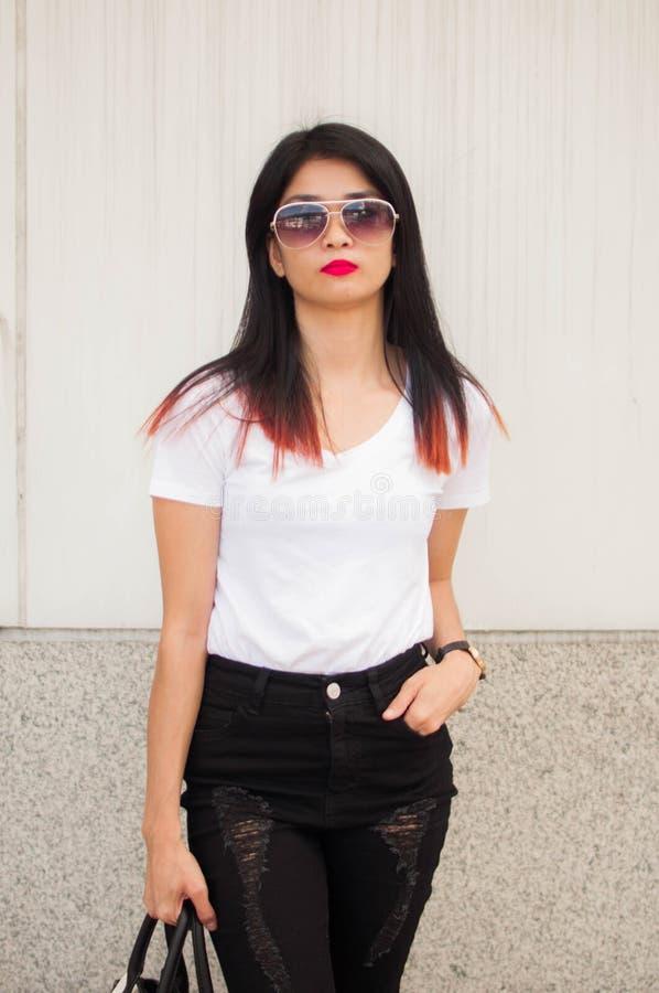 Um retrato de uma jovem mulher com a bolsa no passeio da cidade imagens de stock