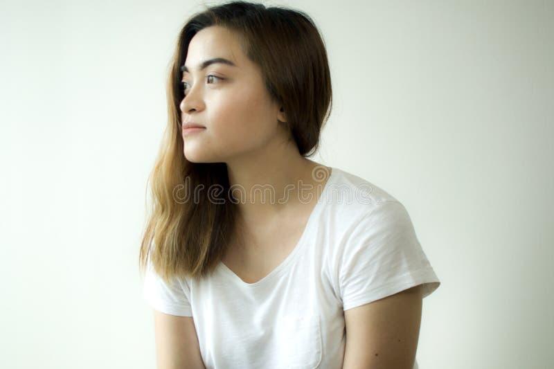 Um retrato de uma jovem mulher que veste uma camisa branca fotografia de stock royalty free