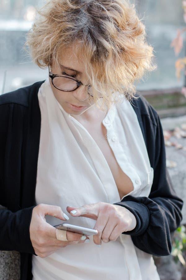 Um retrato de uma moça que olha o telefone foto de stock royalty free