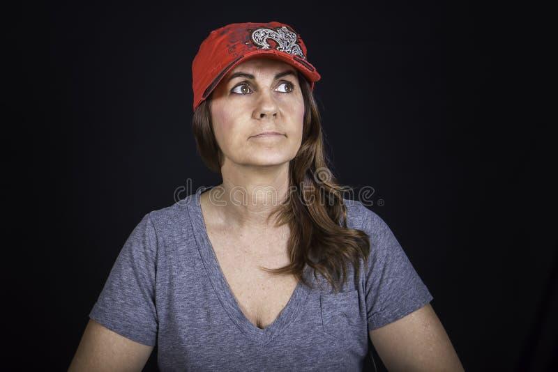 Um retrato de uma mulher que veste um chapéu vermelho foto de stock royalty free