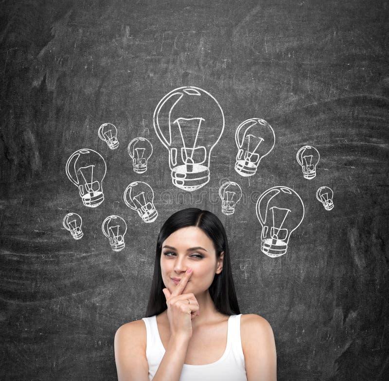 Um retrato de uma senhora moreno astuta nova que esteja tentando criar ideias novas para algum projeto do negócio ou estudo de ca imagem de stock royalty free