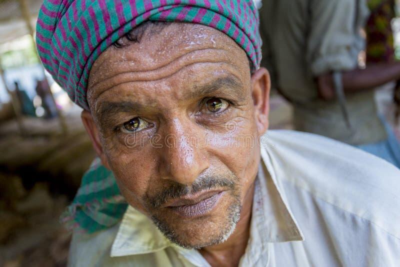 Um retrato do trabalhador do cigarro no lado da vila do manikganj, Bangladesh foto de stock royalty free