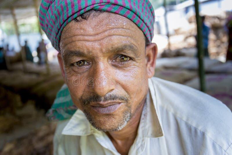 Um retrato do trabalhador do cigarro no lado da vila do manikganj, Bangladesh fotografia de stock royalty free