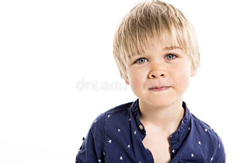 Um retrato velho de cinco anos bonito do estúdio do menino no fundo branco imagem de stock royalty free