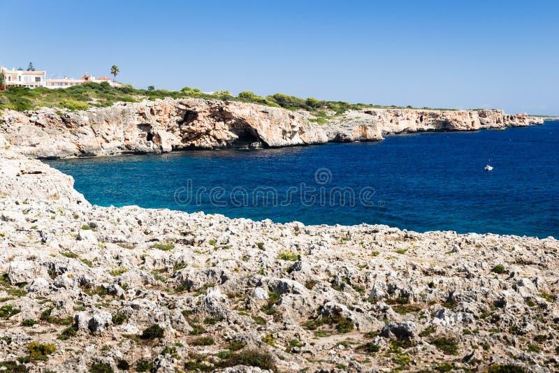 Um rio com uma costa rochosa íngreme fotografia de stock