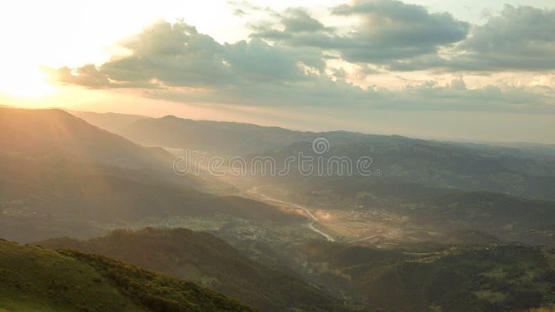 Um rio e um vale durante o por do sol fotos de stock