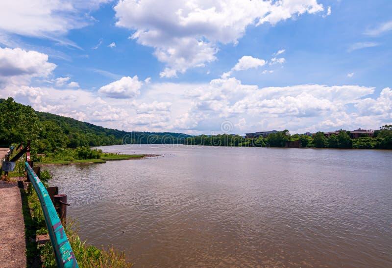 Um rio enlameado de Monongahela como visto da área de Duck Hollow de Pittsburgh, Pensilvânia, EUA imagens de stock