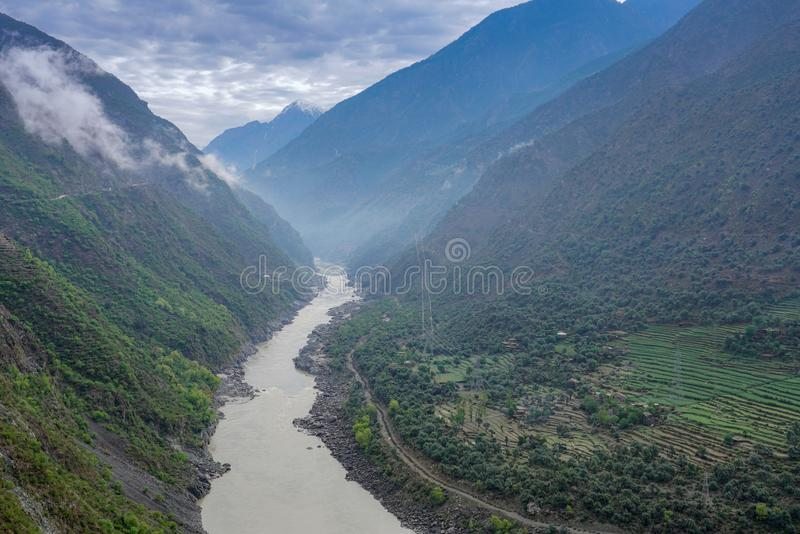 Um rio que corre entre um vale na maneira de Islamabad a Gilgit fotografia de stock
