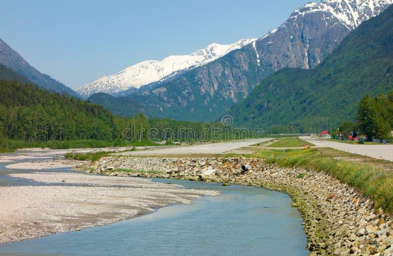 Um rio que meandra ao lado de uma pista de decolagem em Alaska fotos de stock royalty free