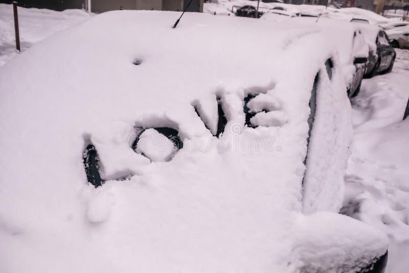 Um símbolo do amor ou do amor da palavra em uma camada de neve fotografia de stock