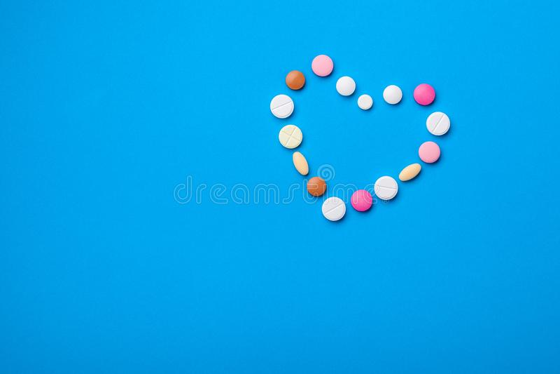 Um símbolo do coração das tabuletas de cores diferentes fotos de stock royalty free