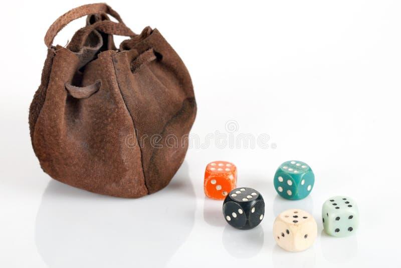 Um saco com cubos coloridos ao redor imagem de stock