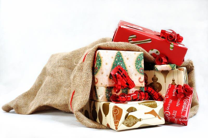 Um saco completamente de presentes imagem de stock
