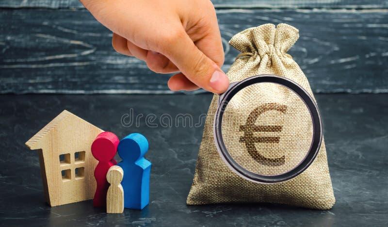 Um saco do dinheiro com um sinal do Euro e uma posição da família perto da casa O conceito da compra da casa House rent Alojament fotos de stock royalty free
