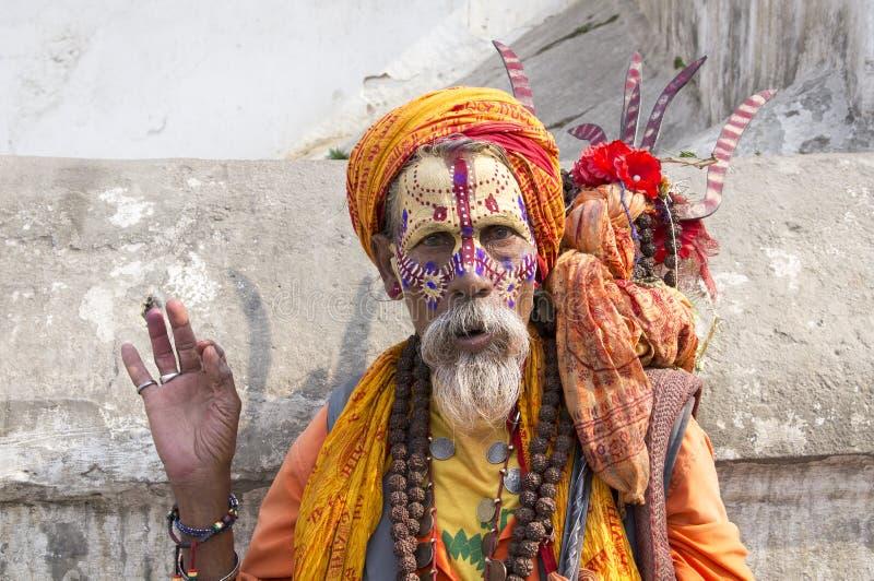 Um Sadhu perto do templo de Pashupatinath fotos de stock royalty free