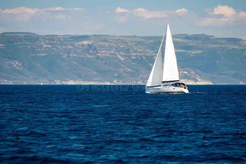 Um sailingboat no mar fora da costa de Córsega fotos de stock