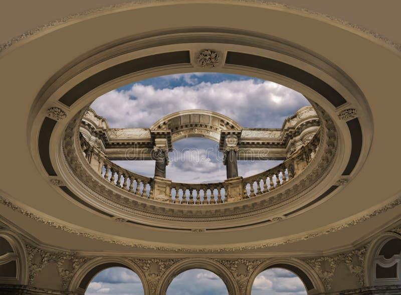 Um salão com abertura redonda e colunas sem abóbada fotografia de stock