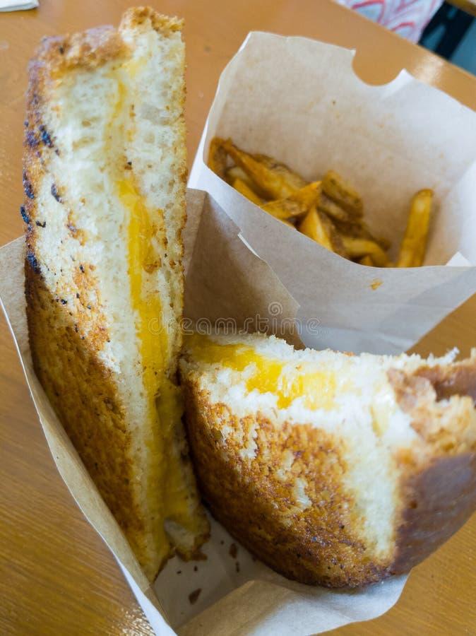 Um sanduíche do queijo da grade de Fanyastic imagens de stock