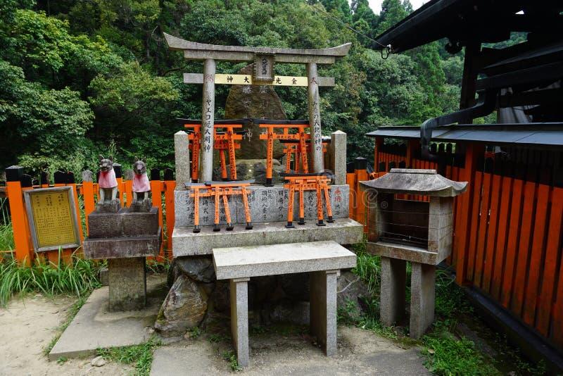 Um santuário e um torii pequeno imagem de stock royalty free