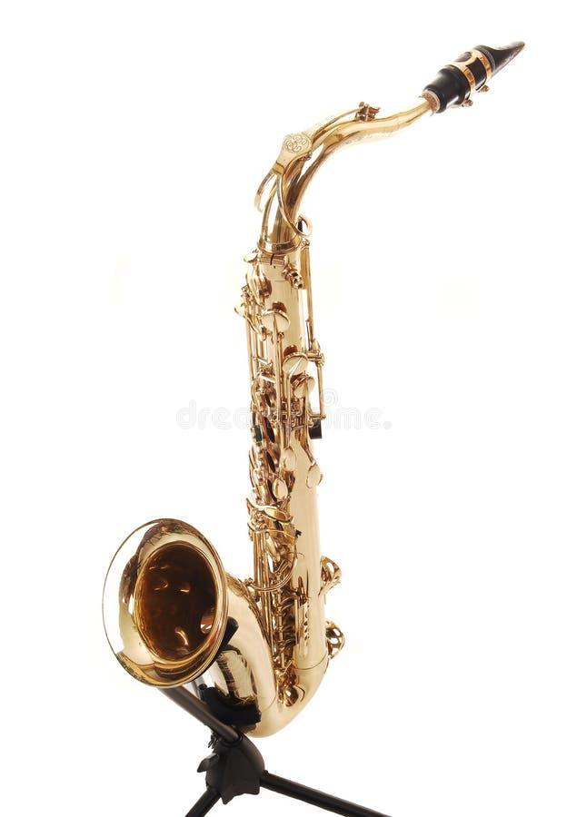 Um saxofone de bronze no carrinho. fotos de stock royalty free